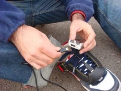 Кроссовки в роли зарядника